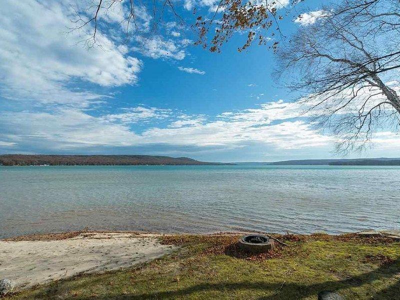 Little Glen Lakefront Vacation Home, Sandy Beach, alquiler vacacional en Empire