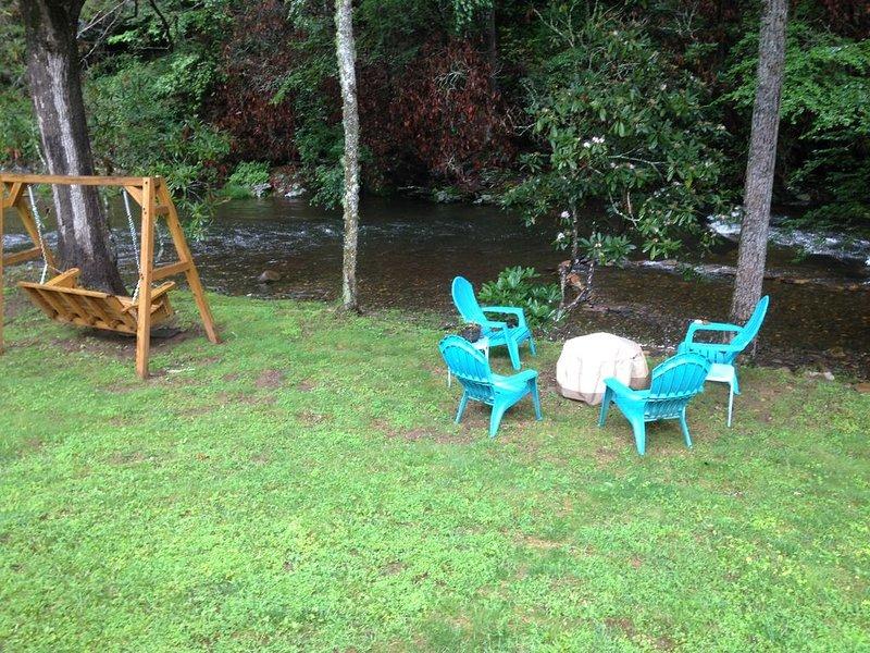 Creek Front!  Listen To The Stream Flowing By!  Fire Pit & Internet Too!, aluguéis de temporada em Hayesville