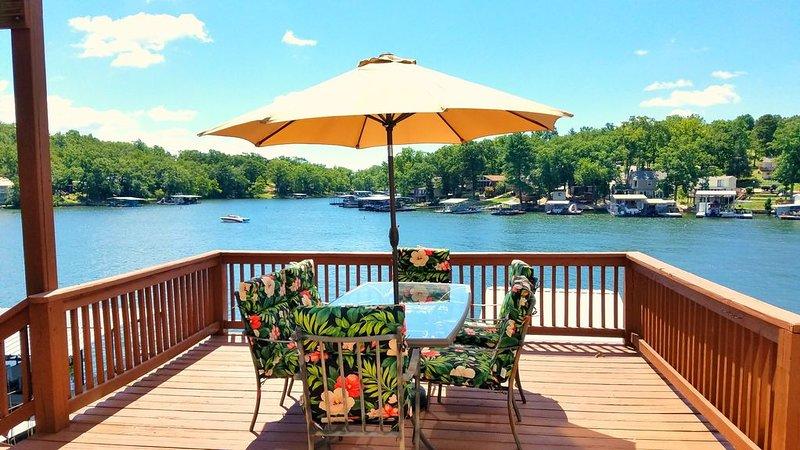 8MM! Lake view / cove fun! Perfect for families-2 kitchens, 3 decks & 2 docks!, location de vacances à Sunrise Beach