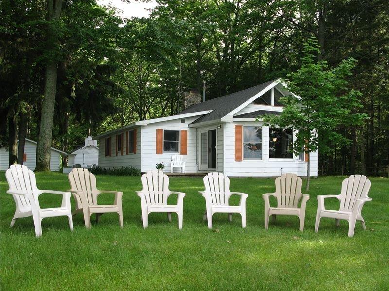 Fall availability!  100' Private Sandy Lakefront, Family Cottage, Sleeps 10!, aluguéis de temporada em Higgins Lake