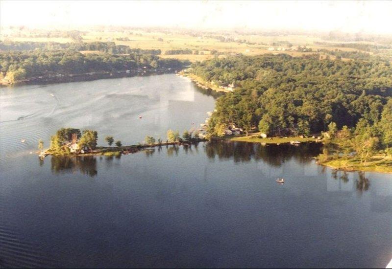 Vista aérea de la casa en el lago - la casa está en el extremo derecho del lago
