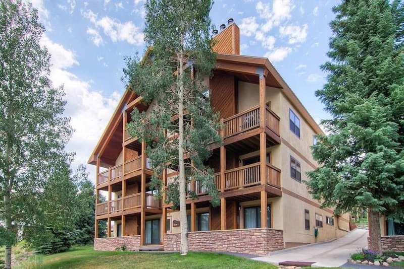 Beautiful & Spacious! 4 Bedroom with 2 Decks facing Mt. Crested Butte!, holiday rental in Crested Butte