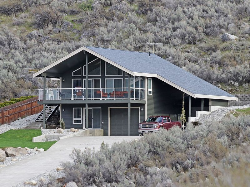 Immaculate Sun Cove/Lake Entiat Home with Unparalleled Lake & Mountain Views!, holiday rental in Entiat