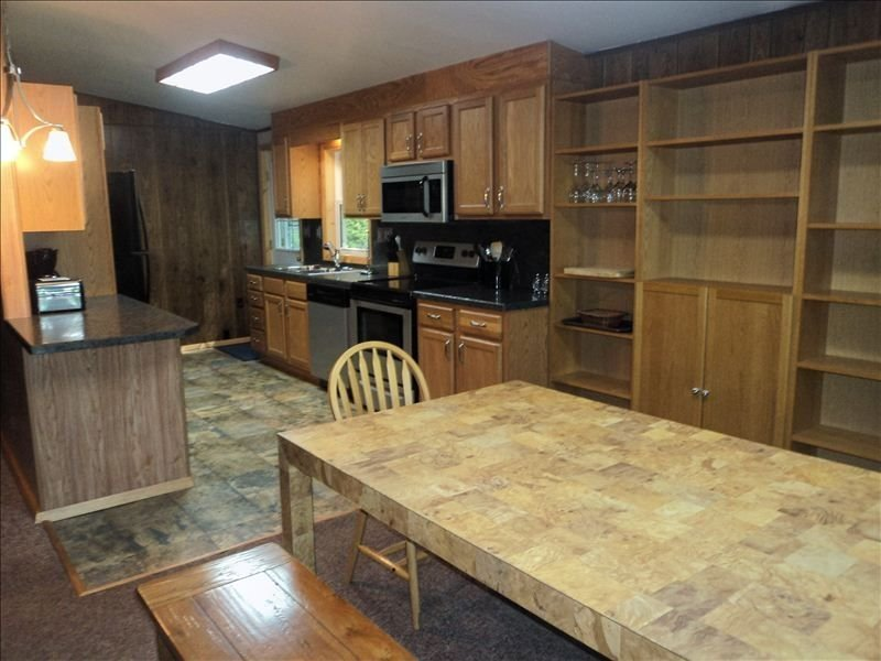 Large Lakefront--Hot Tub, Pool Table, WIFI, Firepit, Boats--, vacation rental in White Haven