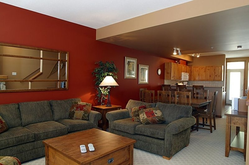 Ski in Ski Out 3 BR Townhouse in Creekside Private Hot Tub, holiday rental in Vernon