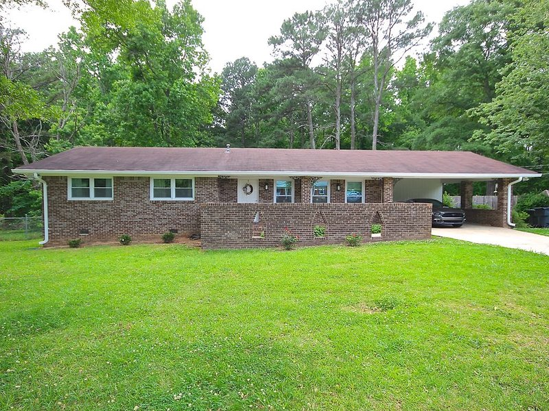 Newly Renovated And Updated Home ~ Minutes From Pinewood Studios!, location de vacances à Jonesboro