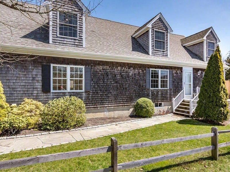 Walk to Edgartown Wharf - Upgraded Vineyard Home with A/C and Outdoor Area, holiday rental in Edgartown