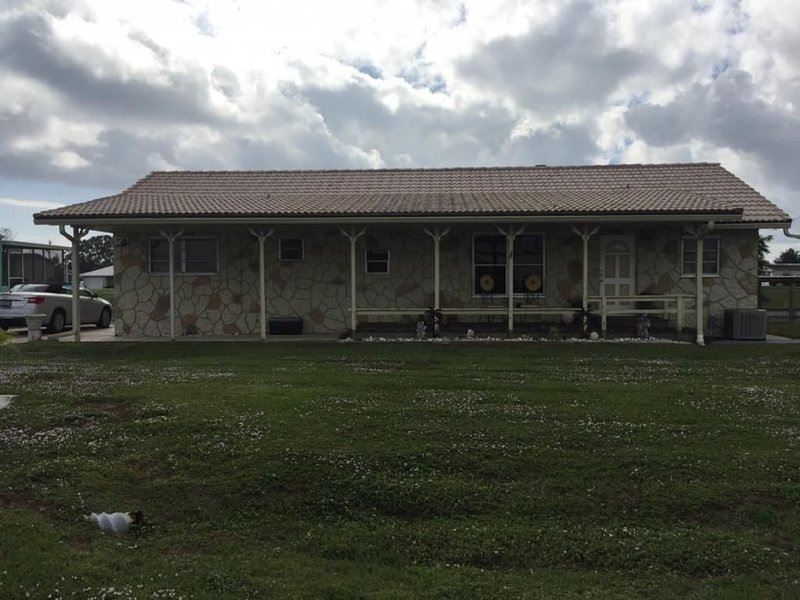 Lake Okeechobee rental on canal with dock, boat ramp & pool, holiday rental in Okeechobee