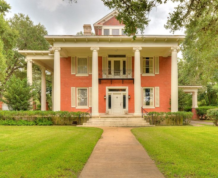 Historic Mansion & Event Venue - speakeasy bar & game room, Sparkling Pool!!!, holiday rental in Gonzales