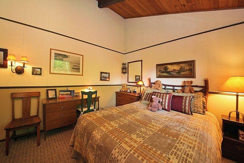 Chambre de bonne taille avec bureau