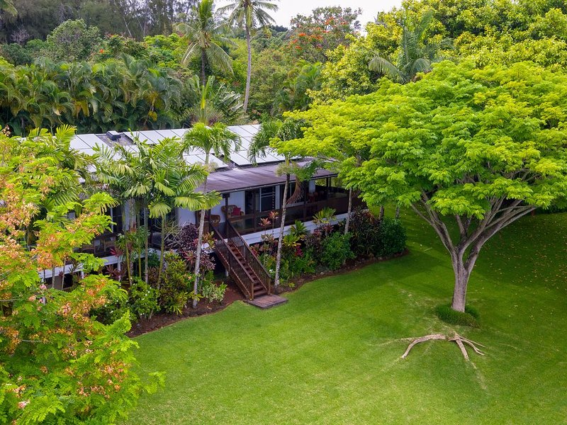 Luxurious One Acre Gated Residence with Spectacular Ocean Views, holiday rental in Haleiwa