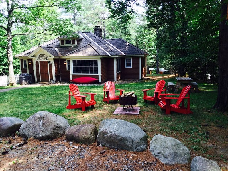 Short walk to village...with private wooded setting. Best of both worlds., alquiler de vacaciones en Lake Placid