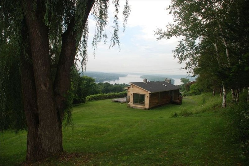 Hudson River/Catskill Mtn Views 2 Bdrm Contemporary, Hudson NY, holiday rental in Hudson