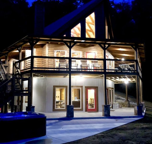 Luxury 4 Bed with wrap around covered porch,  Chef Kitchen, View, WiFi, Hot tub, vacation rental in Bryson City