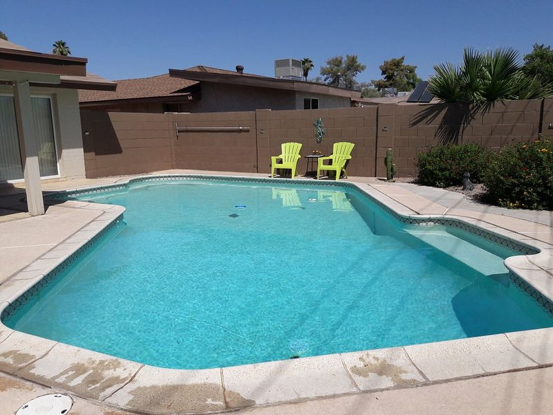 CHARMING AND COMFY VACATION RETREAT! With HEATED POOL!, holiday rental in Tempe