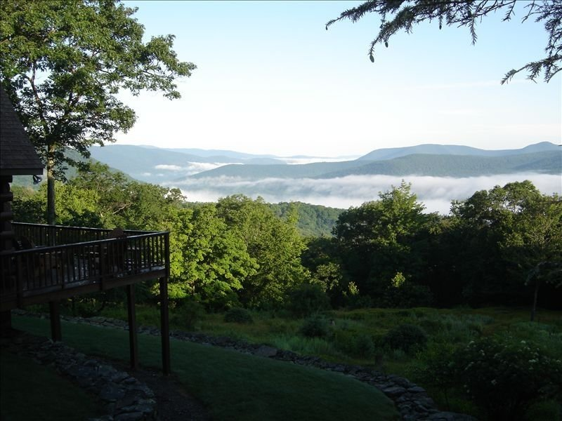 Secluded Catskill Mountain Log Cabin, Breathtaking Vista, Private, Relaxing, casa vacanza a Samsonville