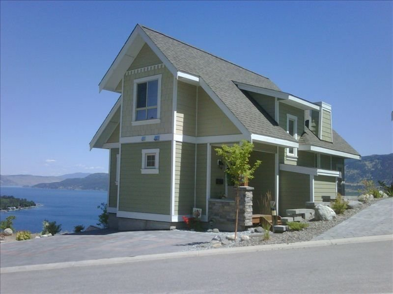 Awesome Lake Okanagan view, inside/out, distance between houses, 5 mins to pool, Ferienwohnung in Okanagan-Tal