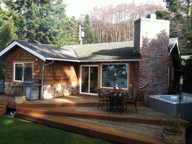 Whidbey Island Waterfront cabin! Best sunsets on the West side! $229 SPECIALS!!, location de vacances à Greenbank