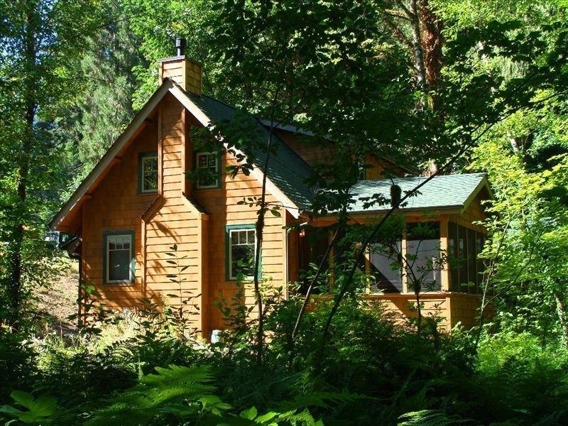 McKenzie River-Front Cabin at the Log Cabin Inn, alquiler de vacaciones en McKenzie Bridge
