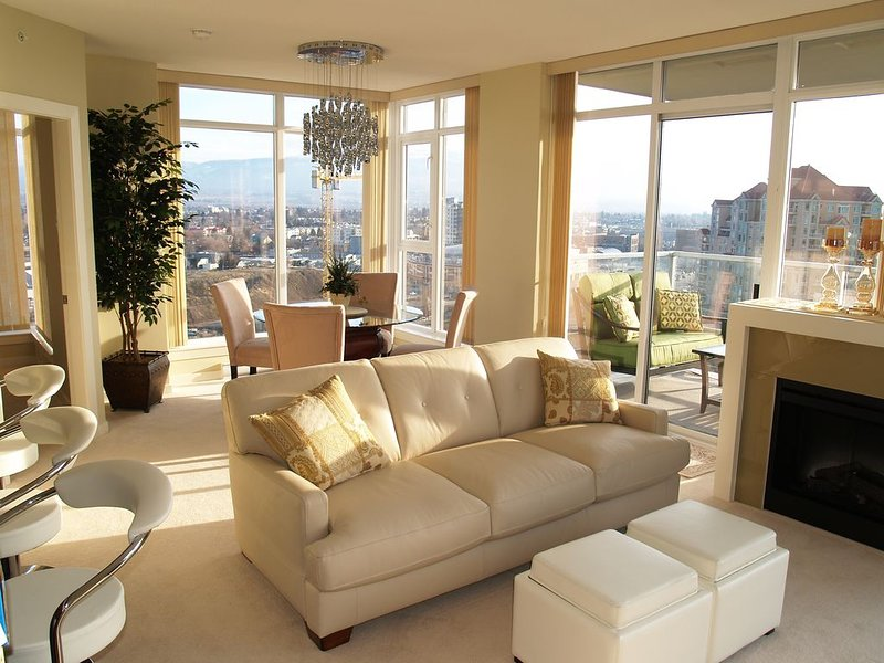 The Skye at Waterscapes Kelowna Luxurious Lake View Condo, alquiler de vacaciones en Kelowna
