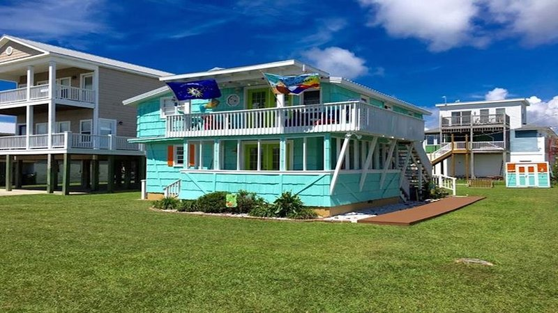 Adorable 2 Bedroom Beach Cottage Mere Seconds From The Sand And The Sea, vacation rental in Kure Beach