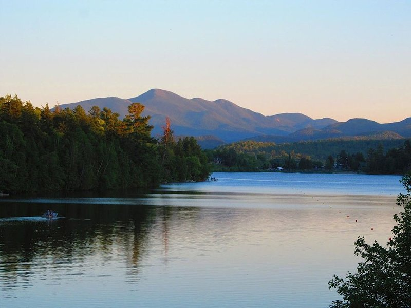 Large house on Mirror Lake, Lake Placid � walk to town, spectacular views, aluguéis de temporada em Lake Placid