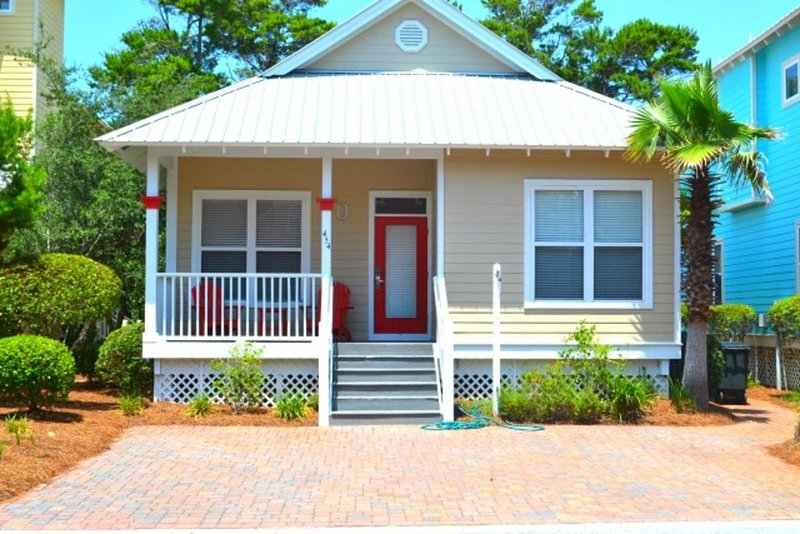 Charming Beach Cottage off of 30A! Community Pool, wifi, self check-in & out, casa vacanza a Blue Mountain Beach