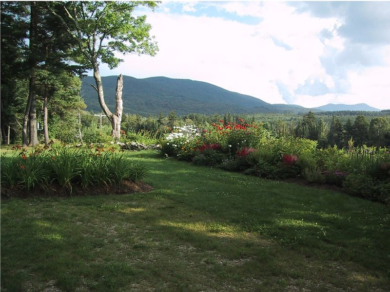 Os jardins da frente e uma vista das montanhas a leste.