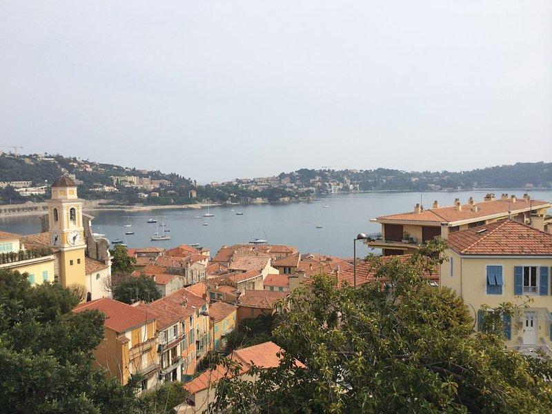 Elegant Villefranche apartment with panoramic view of bay, sea, and village, location de vacances à Villefranche-sur-Mer