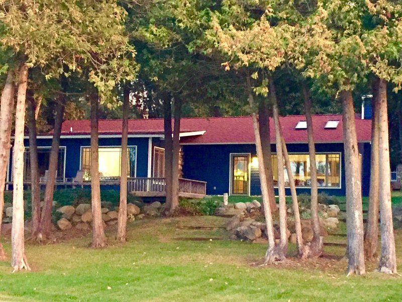 Lake Michigan Waterfront Cottage In Boulder Park !!, vacation rental in Charlevoix County