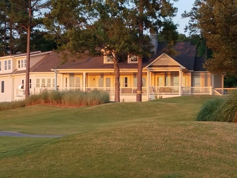 GOLF AT REYNOLDS with Stay at Exclusive Luxury Lakefront Home During Masters, casa vacanza a Greensboro