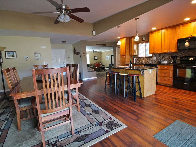 Rocky Hill Retreat – Great Space, Great View, Walk to Main Street!, holiday rental in Murphys