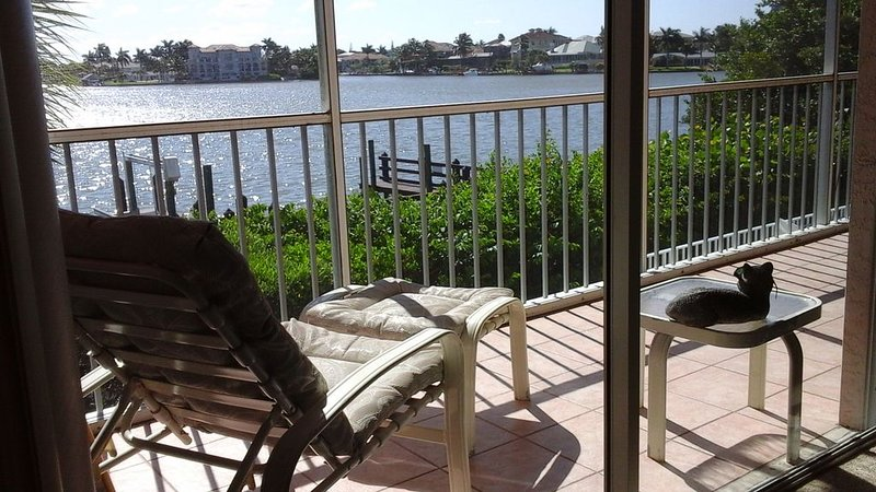 Lascala 1st Floor 3Bedroom 2 Bath Condo On Bay Water Step to the Beach! Pool Spa, holiday rental in Naples Park