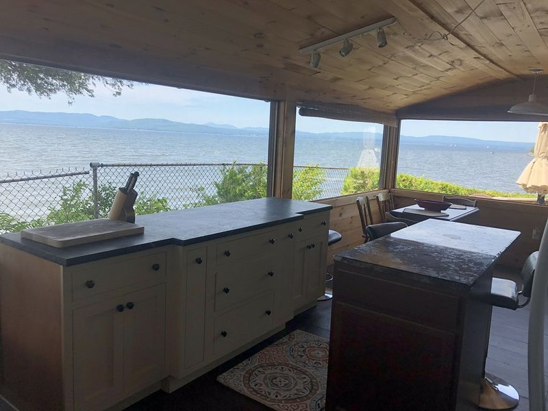 Welcome to Cedar Ledge!  270 Degree View of Lake Champlain, casa vacanza a Keeseville