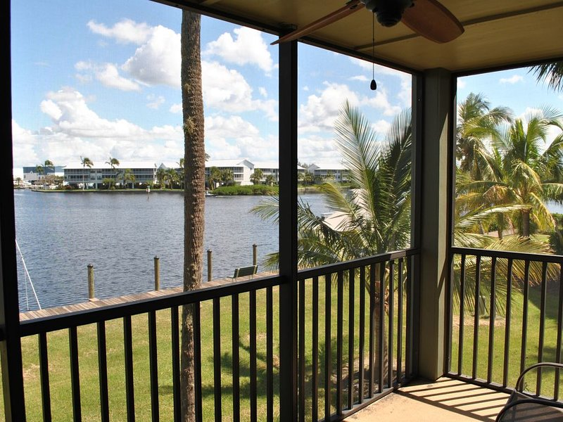 Waterfront Townhouse - End unit with boat slip!, alquiler de vacaciones en Bokeelia