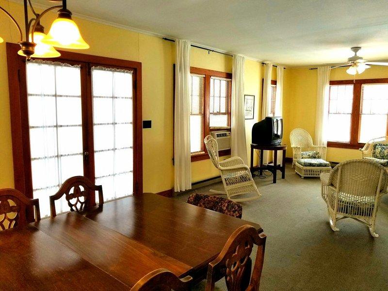 Roomy Two Bedroom House Near Central Egg Harbor, holiday rental in Egg Harbor