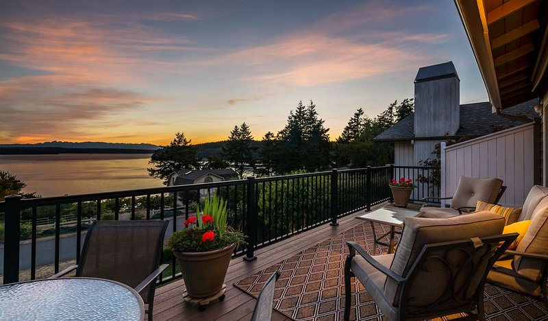 Amazing views, plenty of room to relax with AC and games for both inside & out, vacation rental in Camano Island