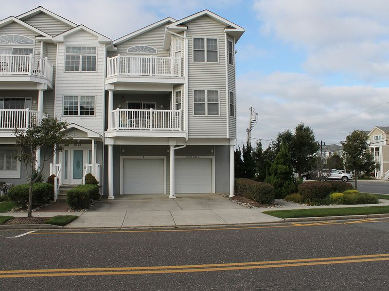 HIGHLY DESIRABLE BEACH BLOCK and BOARDWALK LOCATION!, holiday rental in North Wildwood