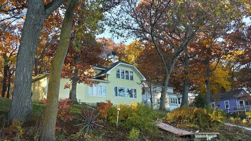 Beautiful Lake Front Property, Great Fishing Spot And Winter Sport Activities, holiday rental in Marquette