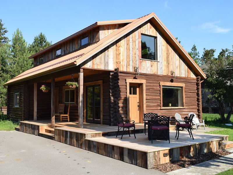 Delightful 3 bedroom Log Cabin near Greenough Park, newly remodeled, alquiler de vacaciones en Missoula