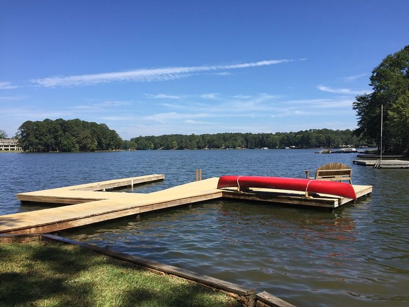 FAB lakefront listing with gorgeous views! Variable IN & OUT, vacation rental in Eatonton