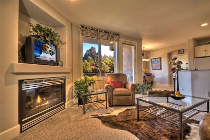 *Beautiful Views*Ensuite Jetted Tub for Two* Private Deck*Walk to All!, vacation rental in Sedona