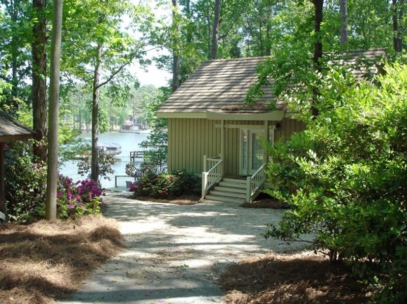 WOW VIEW -LAKE COTTAGE WITH DECK - 5 Star - 2 Kayaks- 40 min. to downtown Cola., holiday rental in Seven Oaks