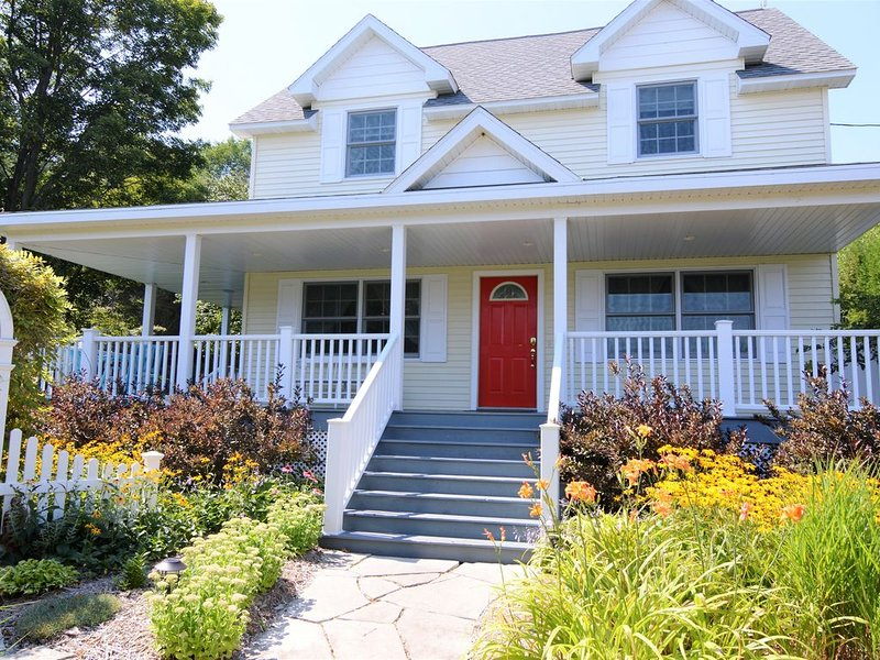 Beautiful House, Amazing Garden, Downtown Baileys Harbor, location de vacances à Door County