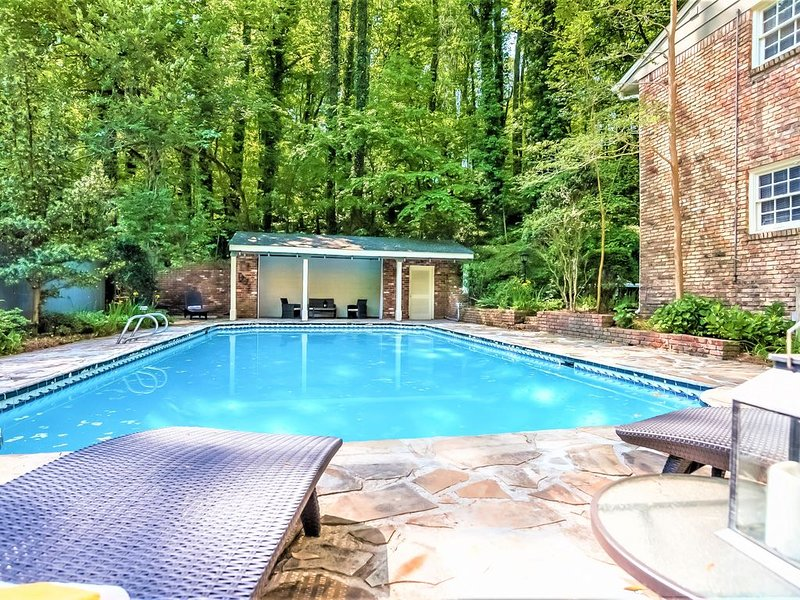 Spacious 5 Bdrm Home*Pool*HotTub*BBQ*Foosball-Close To Airport&Downtown, holiday rental in Union City