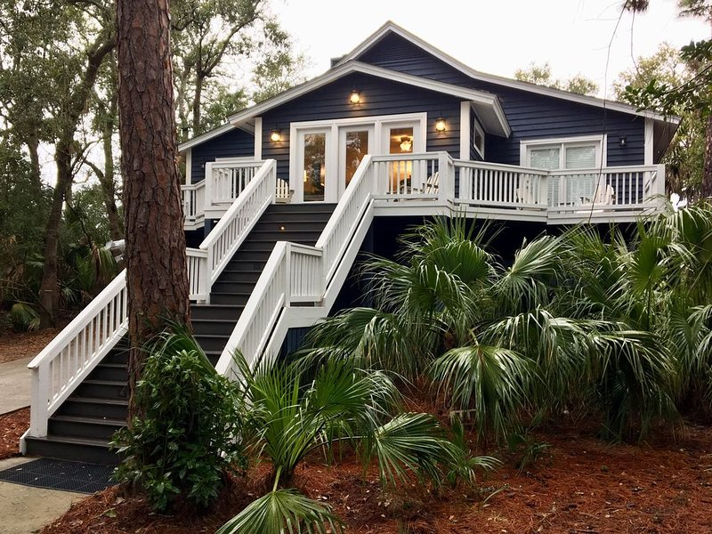 6 bedroom 5 baths sleeps 12! Private dock on the canal. Steps from the beach!, alquiler de vacaciones en Fripp Island