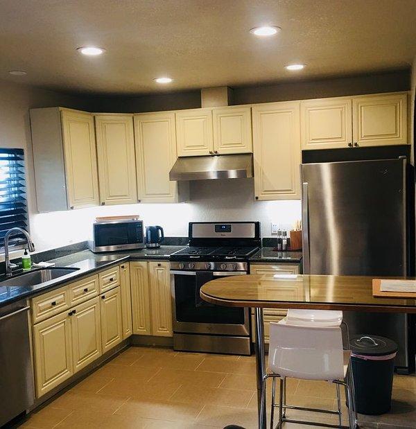 Belle nouvelle cuisine entièrement équipée avec tout le nécessaire pour préparer les repas.
