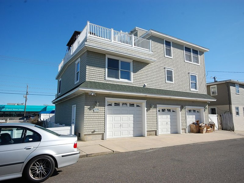 Clean, Clean, Clean 4BR Home 3 Floors of Decks Perfect Location Rooftop Hot Tub, location de vacances à Beach Haven