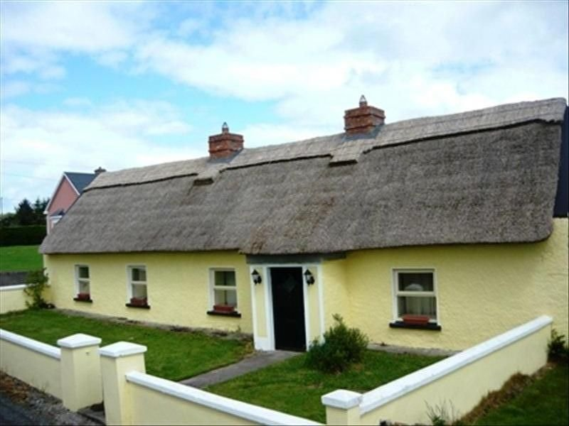 Traditional Irish Cottage with Free WIFI, holiday rental in Gorteen