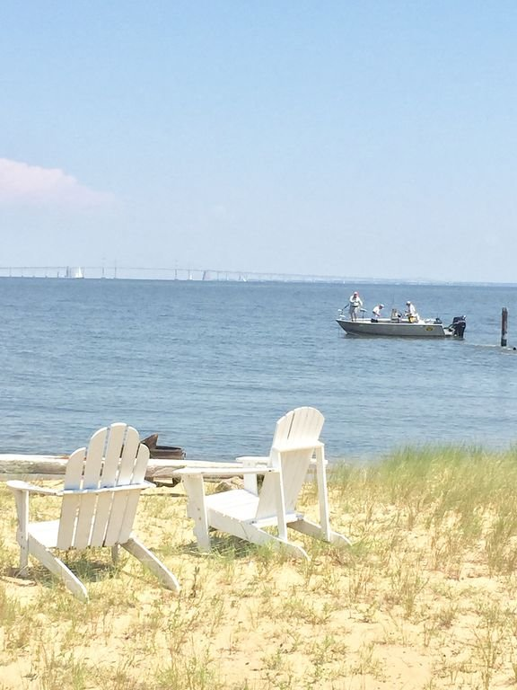 Playa con vistas al puente de la bahía. La comunidad está bordeada por 2 millas de playa.